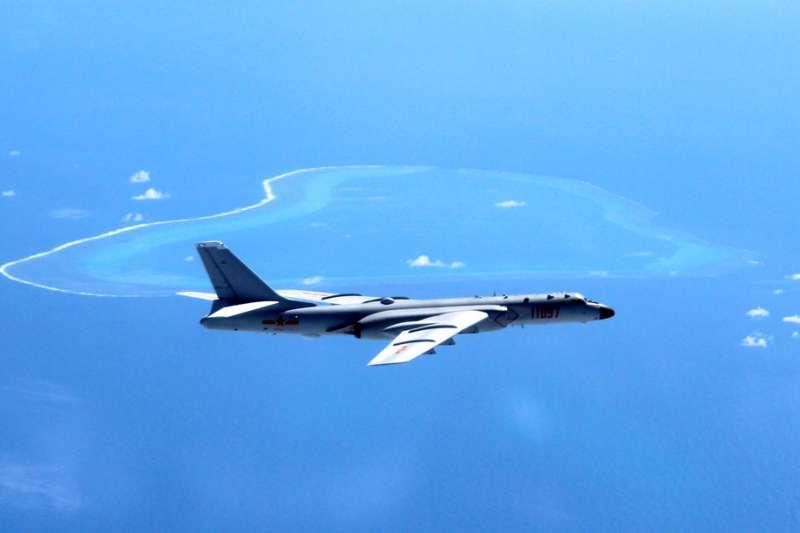 2018年5月18日,中國宣布轟6-K戰機近日在南海島礁完成起降。圖為轟6-K巡航南海島礁的資料照。(AP)