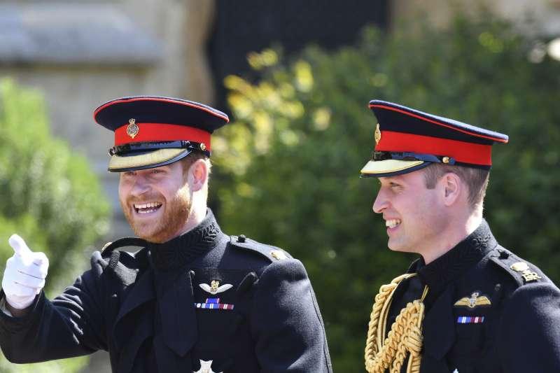 新郎倌哈利和伴郎威廉王子,穿著英國陸軍藍軍及皇家騎兵團的深藍色軍服。(美聯社)