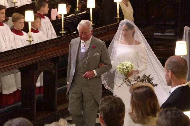 梅根的父親因健康因素無法岀席婚禮,改由查理王儲牽著梅根走紅毯。(美聯社)