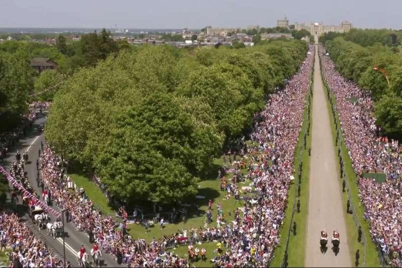 英國王室世紀婚禮,場外擠滿想要爭睹王室丰采的民眾。(美聯社)