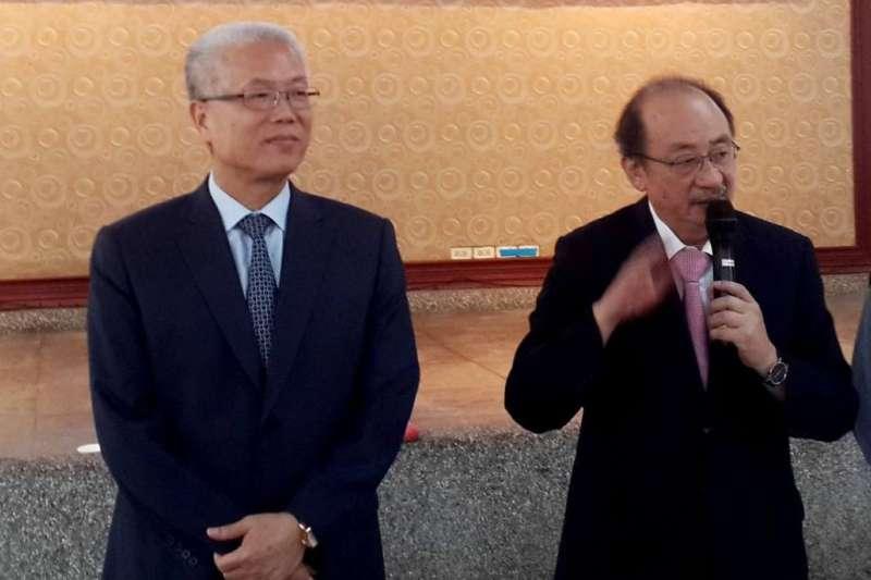 新竹市議長謝文進(左)在臉書質疑總統蔡英文施政,形塑自己是超越藍綠的「中間力量」。右為民進黨立委柯建銘。(資料照,翻攝謝文進臉書)