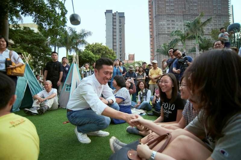 新竹市長林智堅指出,隆恩圳完工後,許多長輩、孩子、家庭都走進來,他每每來視察,都為完工的成果、現場的人潮格外感動。(圖/新竹市政府提供)