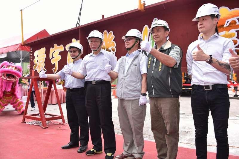 台北市萬華區環南市場21日舉行上樑典禮,被問及是否有引以為傲的政績,柯文哲表示,「沒有什麼引以為傲的,都是該做就做的事。」 (台北市政府提供)