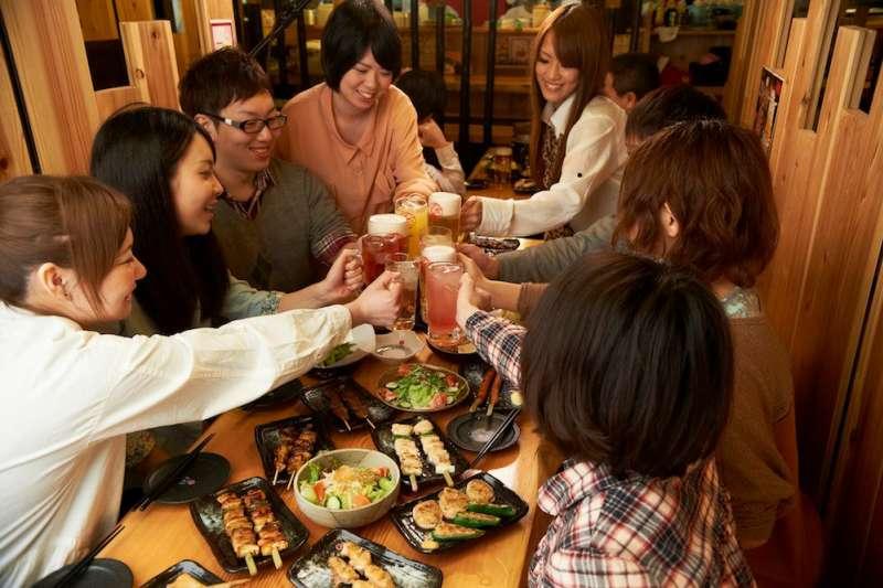 在日本,如果想找一個讓人感到自在又價格合理地小酌場所,絕對要選擇居酒屋。(圖/鳥貴族/YAKITORIYA TORIKIZOKU@facebook)