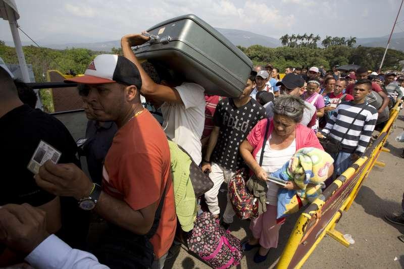 委內瑞拉民窮財盡,大批民眾前往鄰近的哥倫比亞尋求生計(AP)