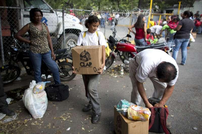 2018年委內瑞拉總統大選,政府對支持民眾發放食物(AP)