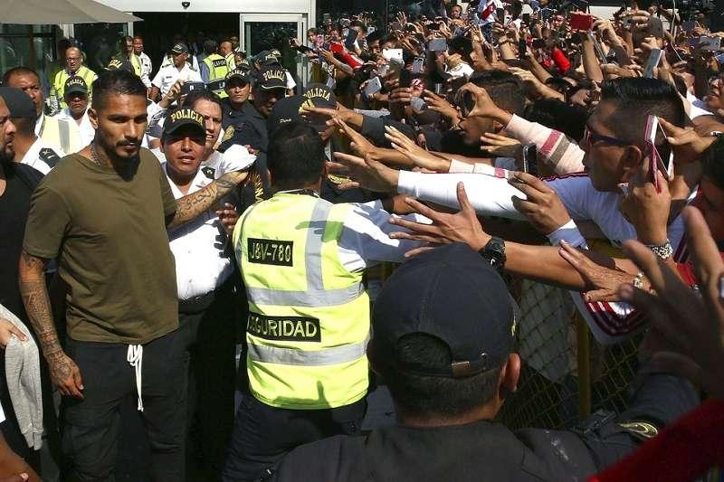 祕魯隊長葛瑞羅(左)因禁賽坐6個月球監,若再延長將錯過世足。(美聯社)
