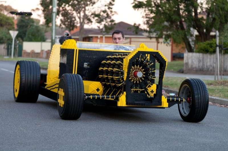 國外兩位神人用樂高做了一輛汽車,連引擎都是用樂高砌成,時速竟然還可以開到30公里!(圖/取自YouTube)