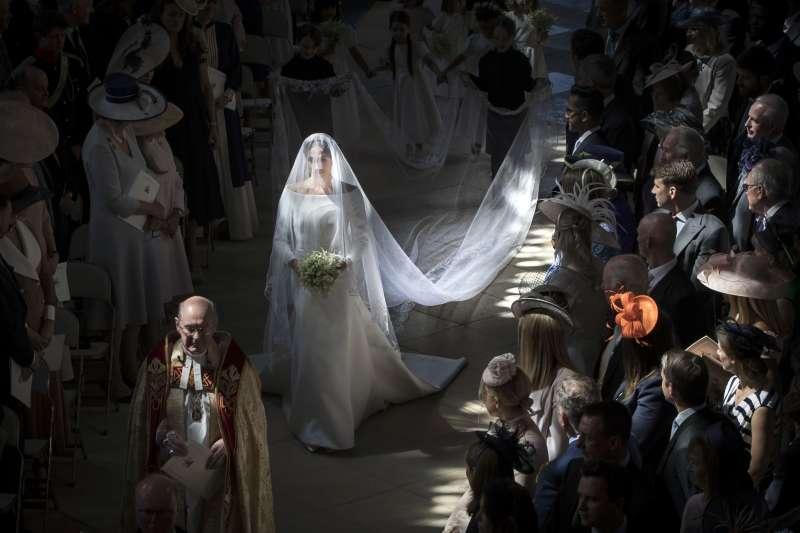美國女星梅根19日與英國哈利王子完婚,她打破英國王室傳統,獨走一段紅毯(美聯社)