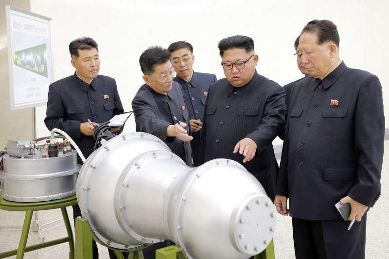 2017年,北韓領導人金正恩視察核彈(氫彈)研發工作(AP)