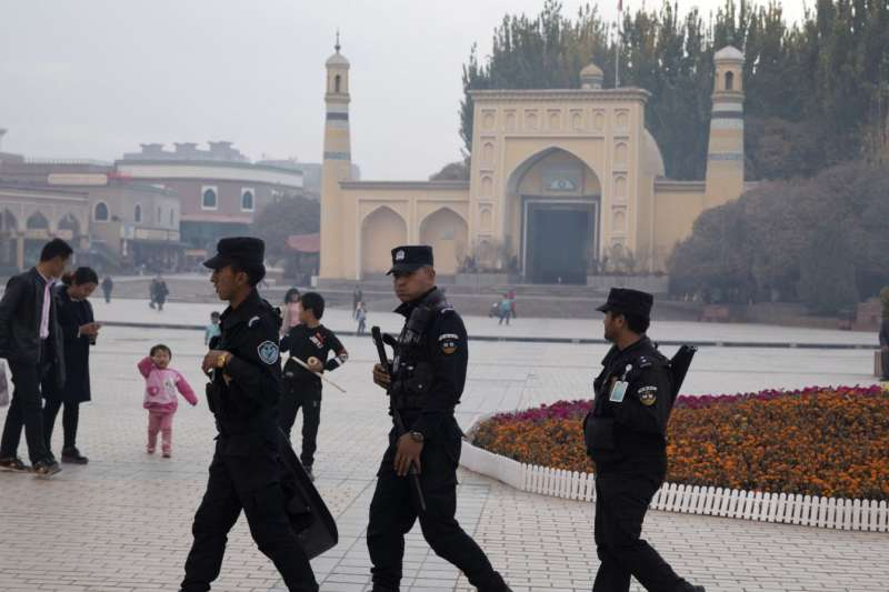 中國新疆喀什警察在一座清真寺前巡邏 (AP)