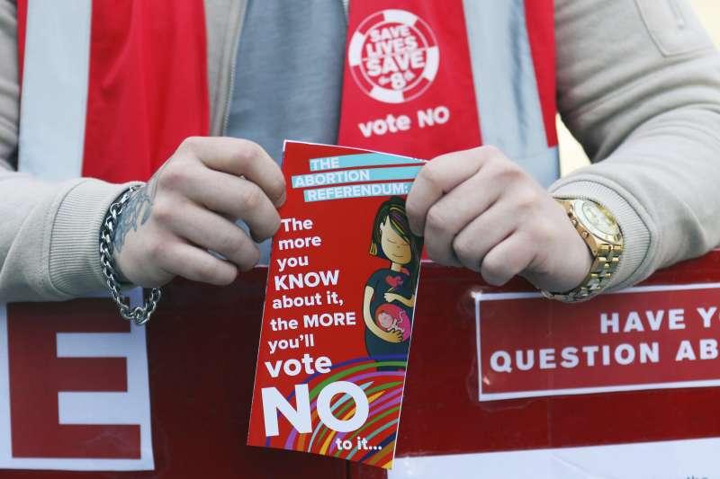 愛爾蘭25日將舉行修憲公投,決定是否廢除嚴禁墮胎的憲法第8修正案。愛爾蘭首都都柏林一名反墮胎人士在街頭呼籲民眾投下反對票(美聯社)