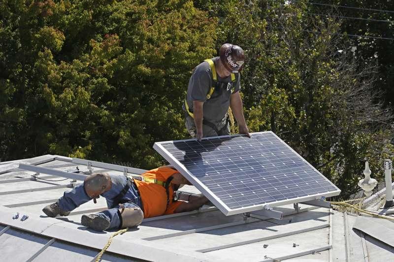 工院長長劉文雄鼓吹再生能源,並以美國加州為例指去年提前達標佔電力34%。(美聯社)