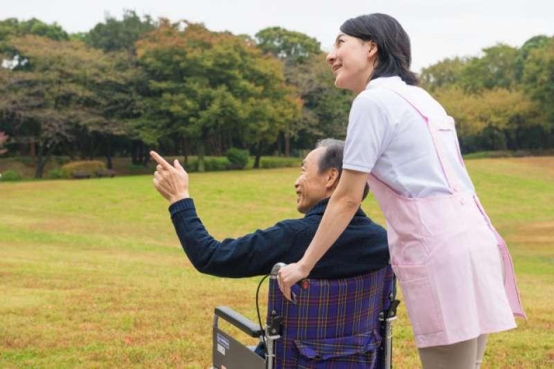 外籍家庭看護工有臨時請假需求時,也可以撥打1966申請喘息服務。(示意圖非本人/photoAC)