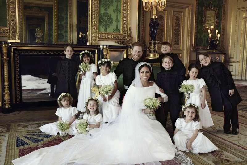 2018年5月22日,英國王室公布哈利王子與梅根王妃的新婚照(AP)