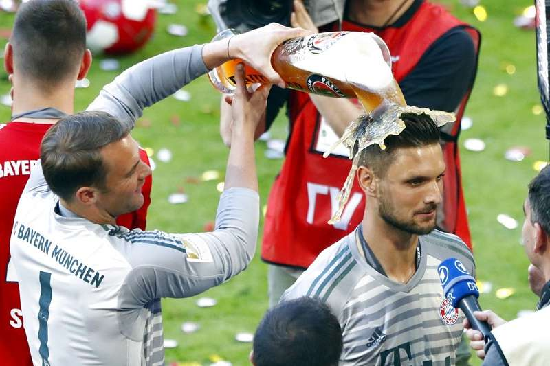 拜仁慕尼黑於德甲成功6連霸,主戰門將烏爾賴希(右)意外沒入選國家隊,反而由養傷的上屆冠軍門將諾伊爾(左)接下1號球衣。(美聯社)