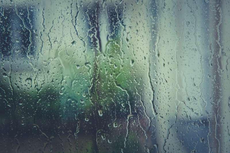 濕答答的天候,曬不乾的衣服,也會讓人心情不美麗。(Photo by Markus Spiske)