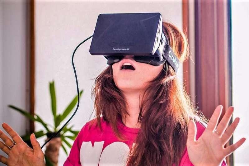VR成人片喊了這麼多年,卻遲遲無法成為主流的觀賞模式,部份原因除了擁有VR頭盔的人太少,其實也跟成人片觀賞的屬性有關,這當中又面臨了那些困境呢?(圖/Sergey Galyonkin@flickr)
