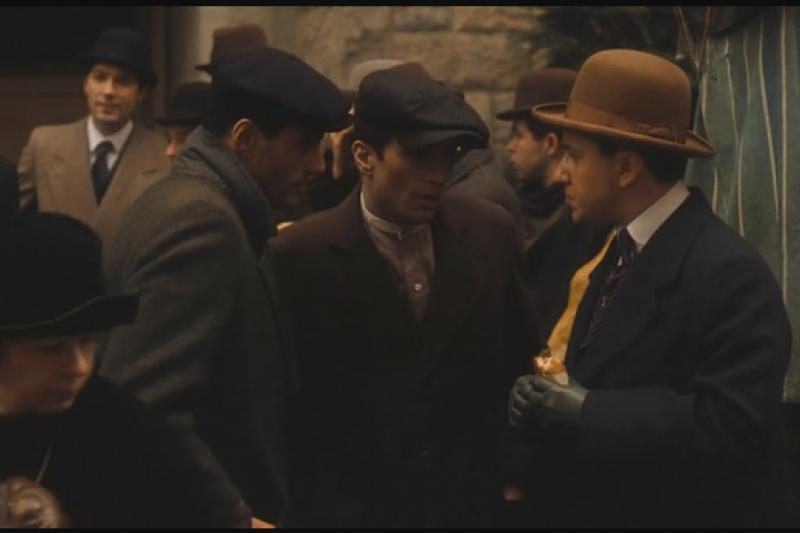 法蘭西斯.柯波拉(Francis Coppola)。這位二十世紀最有成就的電影導演,在《教父》拍攝過程中,大部分精力都用在跟製片搏鬥。那些資方人馬自認為更懂得電影和觀眾,而且拍電影的錢掌握在他們手上。