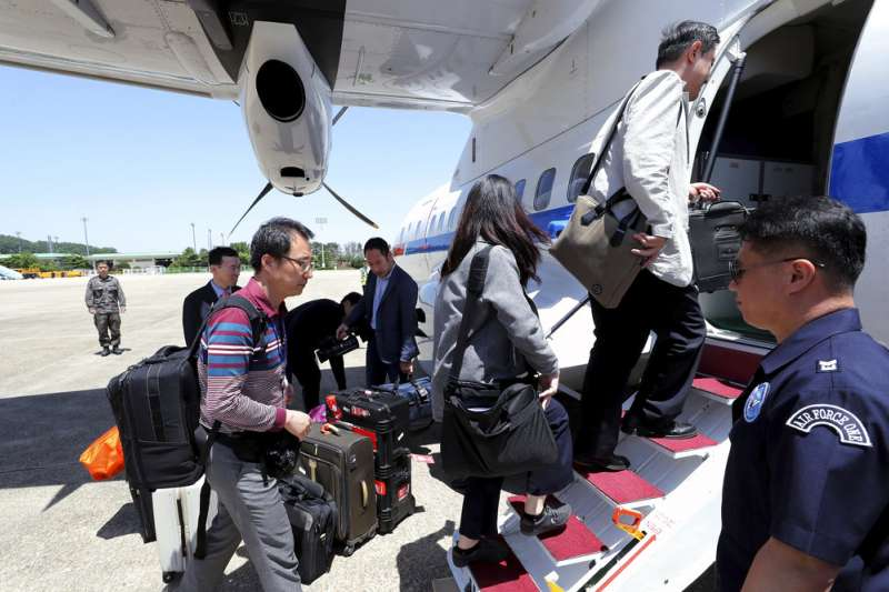 南韓記者搭上政府專機,前往北韓採訪豐溪里核試場拆除儀式。(美聯社)