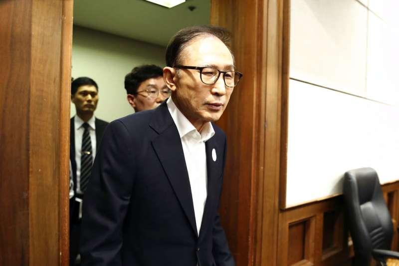南韓前總統李明博23日首次出庭受審。(美聯社)