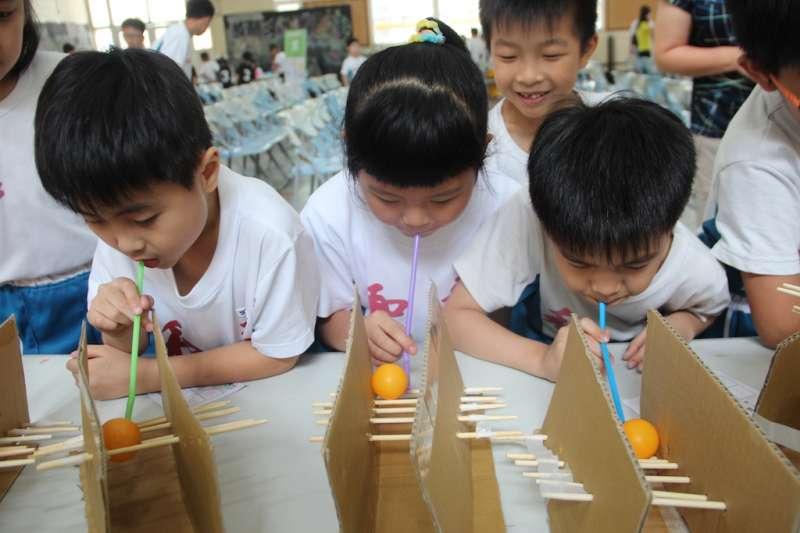 第十一屆「全民科學日」預計超過上萬名學童在一起動手玩科學中體驗生活化科學教育。(圖/彰化縣政府提供)