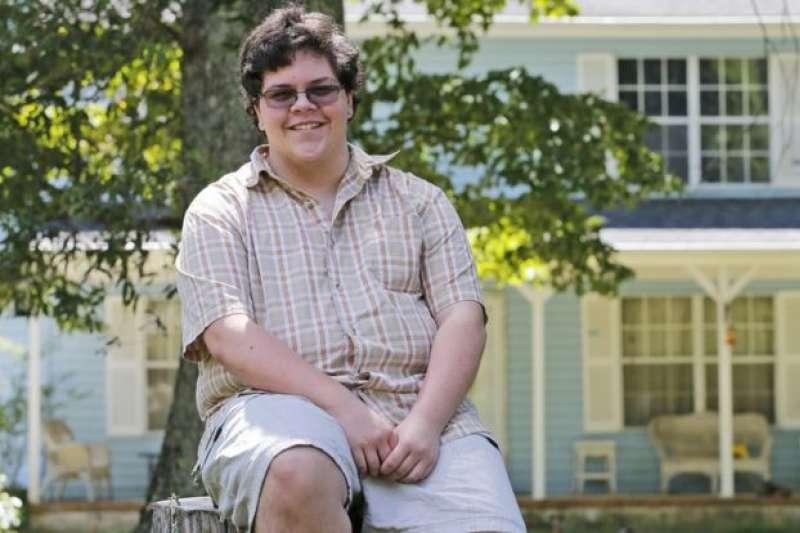 美國跨性別者格林為了爭取跨性別者的如廁權,向法院控告格洛斯特高中,美國聯邦地區法院22日判決,學校限制格林上廁所的作法違憲。(AP)