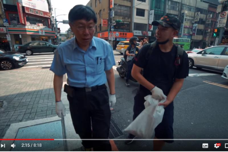 台北市長柯文哲(左)挑戰天津街撿菸蒂,感嘆「國民水準要改進」。(截自Youtube台客劇場)