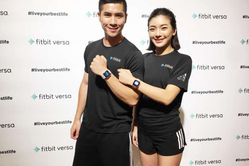 全球穿戴式裝置領導品牌Fitbit,不僅提供多款式選擇。更推出行動支付的服務,提供給消費者更多的使用經驗。(圖/風傳媒攝)