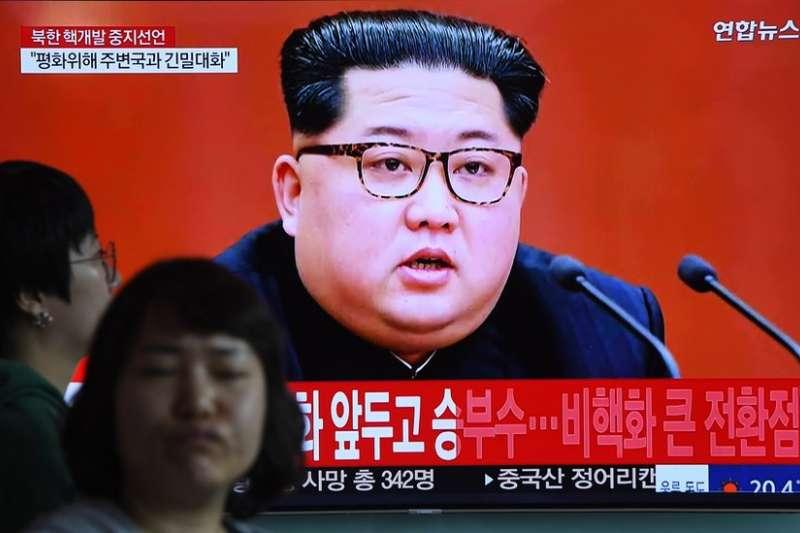 金正恩出現在電視螢幕。(BBC中文網)
