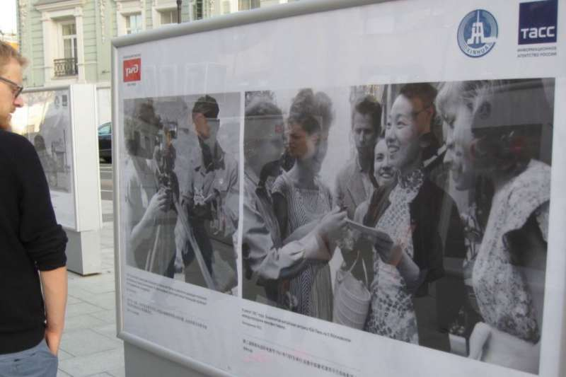 俄羅斯官媒塔斯社去年夏季在莫斯科舉辦介紹中俄友誼圖片展覽。一位行人在觀看50年代有關中蘇友誼的圖片。(美國之音)