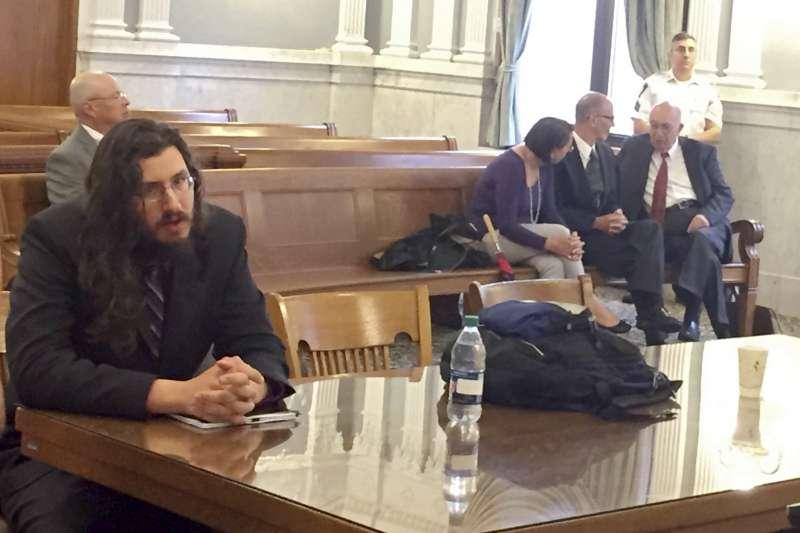 2018年5月22日,30歲美國啃老族男子羅頓多(Michael Rotondo)被法院判立即搬家,他的父母坐在後方椅凳。(AP)