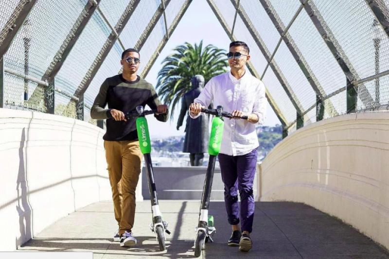 你能想像走在路上,一群西裝筆挺的上班族騎著滑板車趴趴走嗎?如果你在美國大城市,可能對這場景已見怪不怪。(圖/取自LimeBike,數位時代提供)