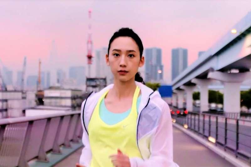 人體在跑步時會在脂肪和關節等部分引起共振,共振的效應最後會引起身體與關節的損傷。(示意圖非本人/翻攝自youtube)