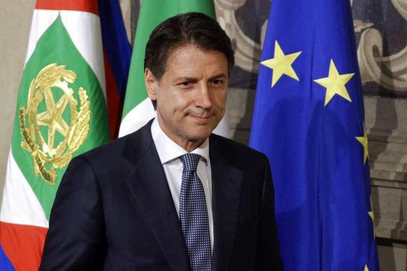 2018年5月23日,法學教授、政治素人孔蒂(Giuseppe Conte)獲義大利總統馬塔雷拉任命,成為新任總理。(AP)