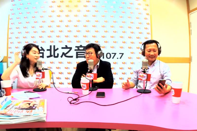 爭取代表黨內參選台北市長的民進黨立委姚文智(中),今(24)天與民進黨台北市議會總召李慶鋒(右)接受廣播節目《蔻蔻早餐》專訪。(取自蔻蔻早餐)
