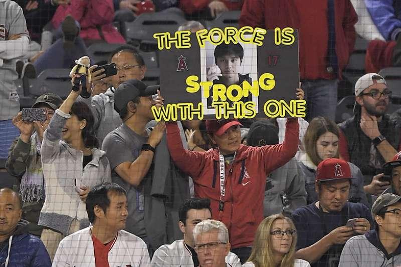 大谷翔平在今天跑出生涯首盜之後,成為聯盟史上第4位,擊出過1、2、3、全壘打並跑出盜壘的投手,就像這位日本球迷的加油牌,大谷有著神奇原力。(美聯社)