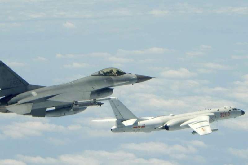 台灣國防部2018年5月11日公佈的照片顯示台灣空軍的一架戰鬥機貼近中國空軍的轟6-K轟炸機飛行。這架轟炸機據說在演習期間飛過了台灣以南的呂宋海峽。(美聯社)