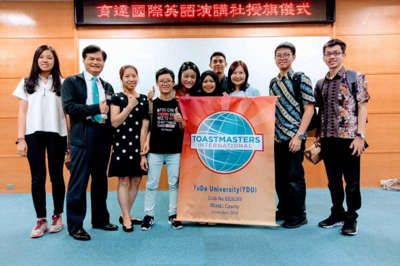 台灣總分會成長執行長吳天勝(左2)、社團指導老師戴美華主任(左5)和社團同學合影。(圖/育達科大提供)