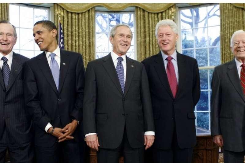 左起:老布希、歐巴馬、小布希、柯林頓、卡特。(BBC中文網)
