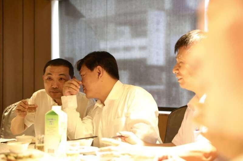 國民黨新北市長參選人侯友宜25日受邀出席板橋里長聯誼會幹部餐敘。(侯友宜辦公室提供)