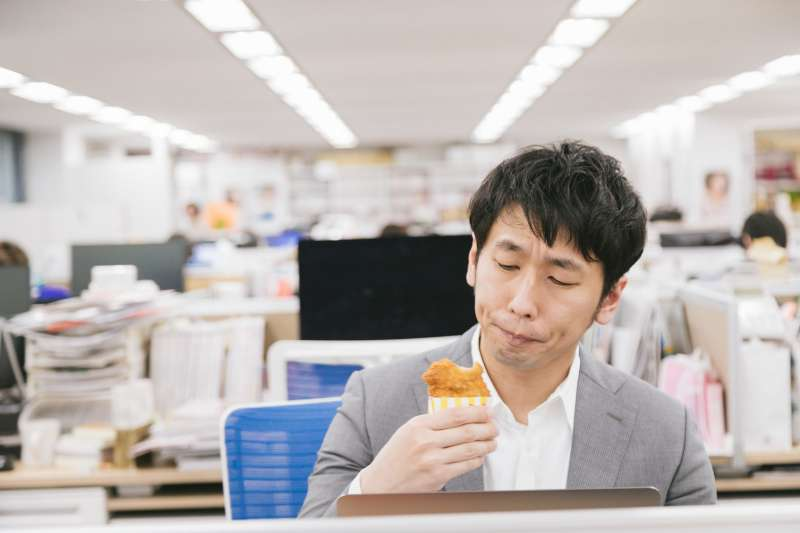 66歲程先生從事服務業,因三餐不定時,下班又常吃消夜,罹患早期大腸癌。(示意圖非本人/すしぱく@pakutaso)