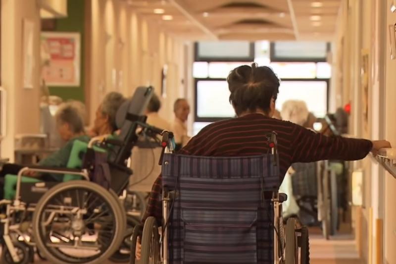 停止工作後,婆婆的身體急速老化,從她身上看到許多失智老人的種種行為。(示意圖非本人/翻攝自youtube)