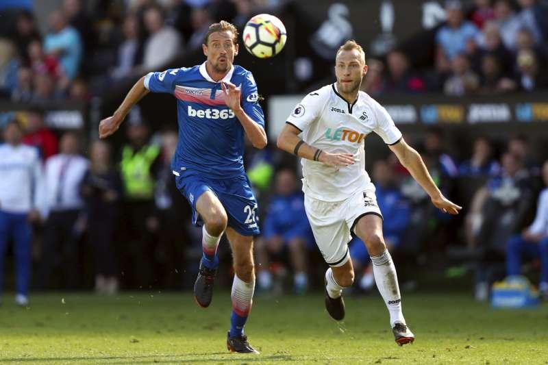 英超克勞奇(左)今年沒有踢世足,但仍活躍足球場上。(美聯社)