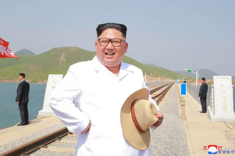 北韓最高領導人金正恩今年大玩外交牌,即將與美國總統川普12日在新加坡舉行史無前例的「川金會」。圖為2018年5月,金正恩視察一座新建成的跨海鐵路大橋(AP)