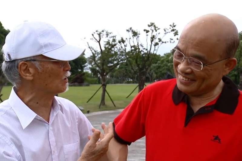 蘇貞昌(右)表示,從擔任台北縣長至今,他與朱銘(左)是相識許久的好朋友,前些日子他穿著朱銘送的紅色polo衫,來到朱銘美術館。(取自蘇貞昌臉書)