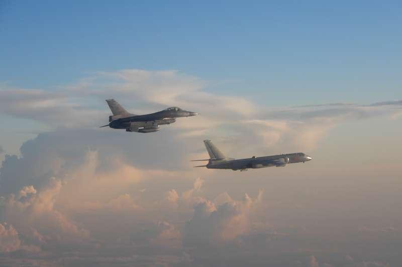 圖為我F-16戰機(左)伴飛中國軍機(右)。(空軍司令部提供)