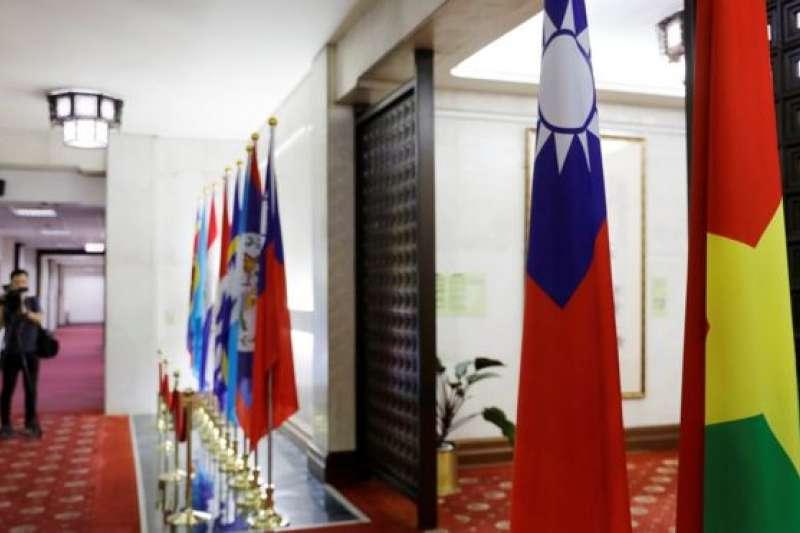 台灣外交部的布基納法索國旗(右)。(BBC中文網)