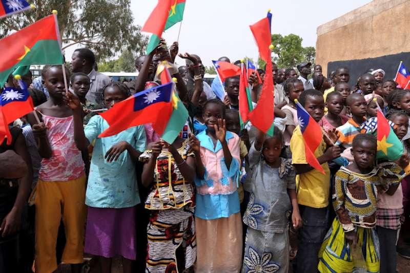 2012年4月,時任總統馬英九訪問非洲友邦布吉納法索;6年1個月之後,台布兩國斷交(總統府)