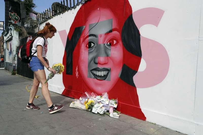 2012年,愛爾蘭31歲的牙醫哈拉帕納瓦因為小產而要求墮胎,卻遭到拒絕,最終導致敗血症及器官衰竭而死。這起悲劇是促成25日公投的重要轉捩點(美聯社)